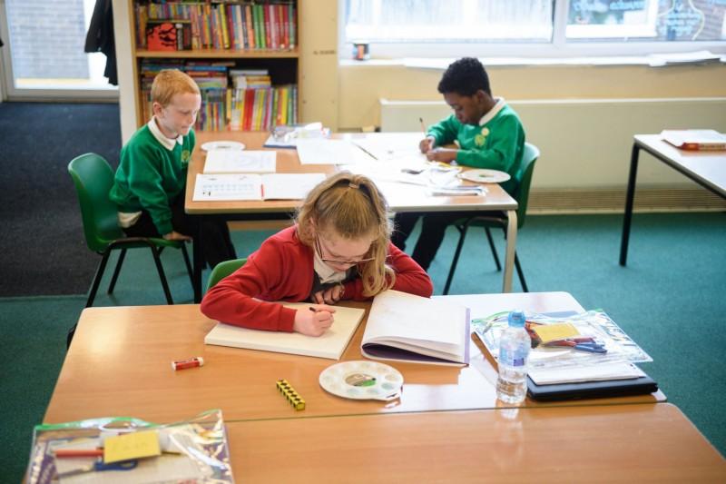 英國政府預計強制義務教育階段學童9月強制返校,如果家長將孩子留在學校,將被處罰鍰。(法新社)