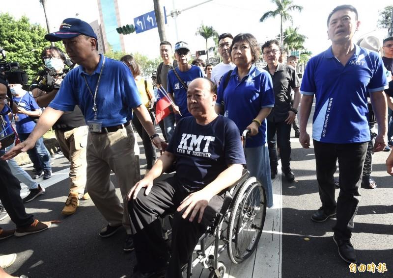 脊椎動手術而缺席佔領行動的國民黨立委吳斯懷坐輪椅現身,激勵民眾士氣。(記者簡榮豐攝)