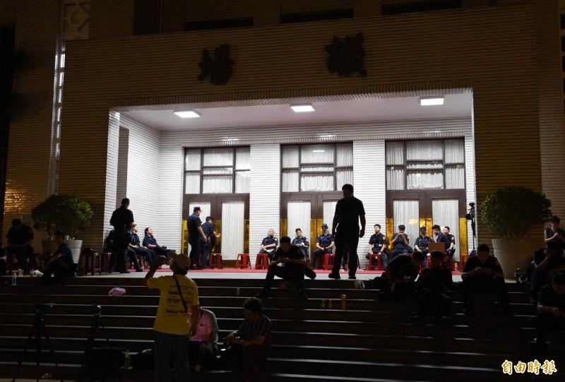 立法院即將召開臨時會處理監委人事同意權等案,國民黨立委28日下午突佔議場。入夜後藍委持續抗爭,警員只能在議場外待命。(記者廖振輝攝)
