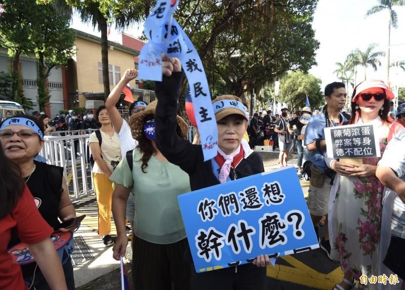 退休軍公教人員團體等29日集結立院大門前抗爭。(記者簡榮豐攝)