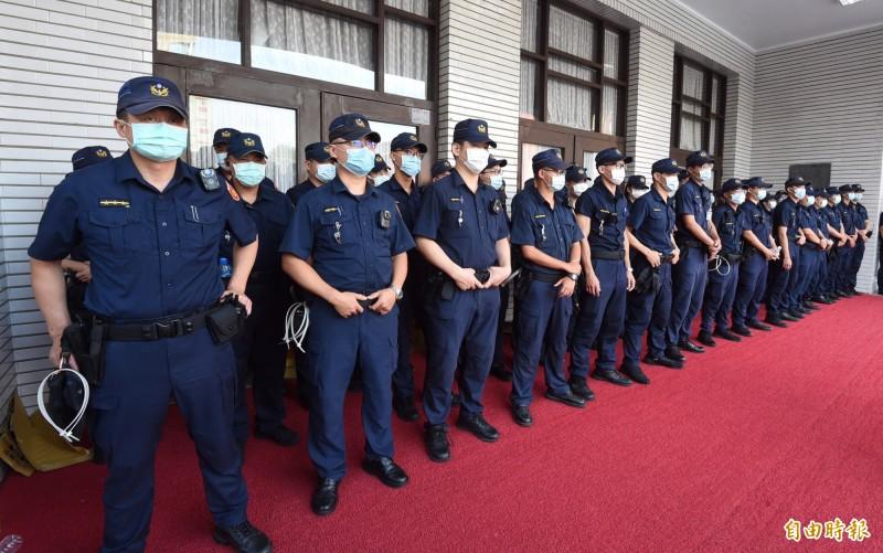 警力部署在議場大門口。(記者劉信德攝)