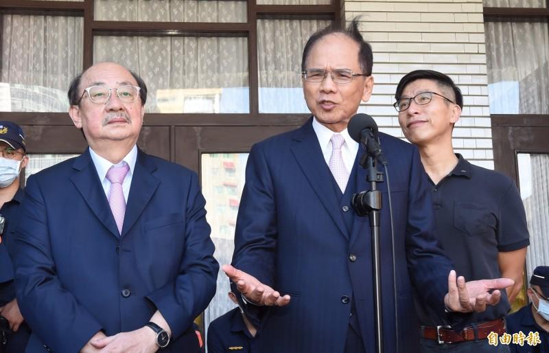 民進黨團總召柯建銘(左)批藍委佔議場是最不理性行動。(記者劉信德攝)