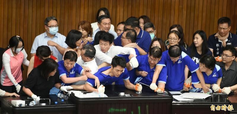 多名國民黨立委昨天突襲佔領議場,今天中午被民進黨立委攻破。(記者劉信德攝)
