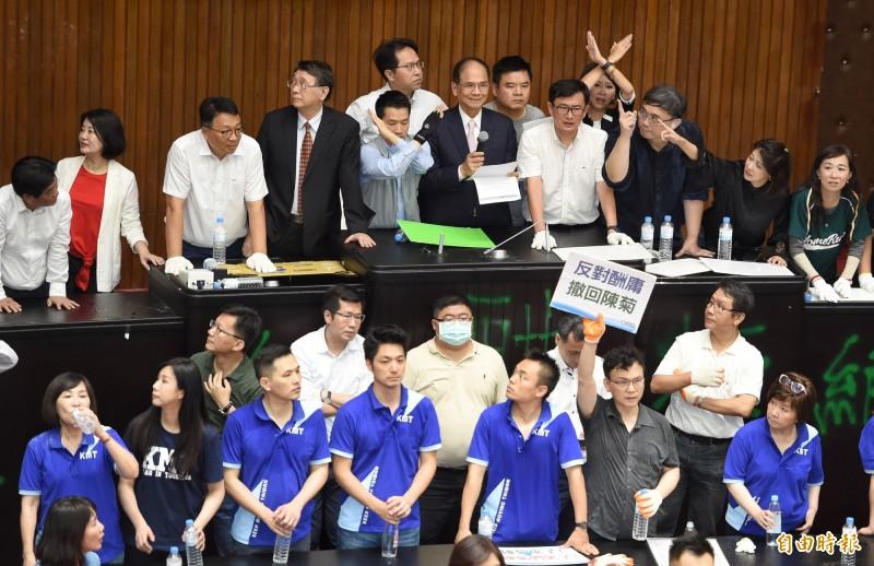 中午12點20分,立法院長游錫堃終於進入議場,場面仍然混亂。(記者劉信德攝)