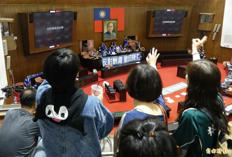 民進黨立委前往議場二樓記者席,向佔據議場的國民黨委員加油喊話,一定要「堅持三天三夜」。(記者劉信德攝)