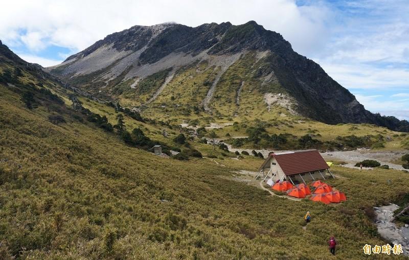 有登山客29日在臉書公開社團表示,在南湖大山圈谷的山屋附近發現一隻戴有紅色項圈的黑色比特犬,引發網友爭論。圖為南湖山屋。(資料照,記者張嘉明攝)