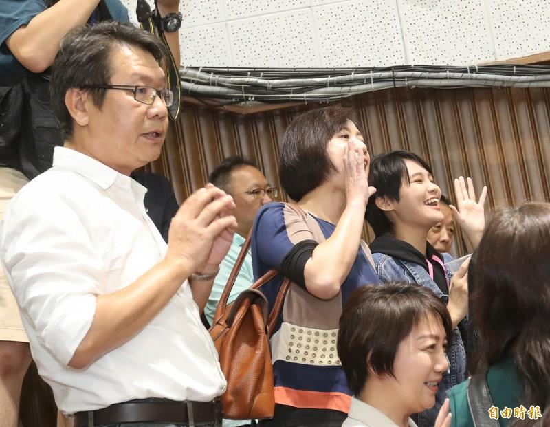 民進黨立委何欣純(中)、賴品妤(右)前往議場2樓記者席,向佔據議場的國民黨委員加油喊話,一定要「堅持三天三夜」。(記者劉信德攝)