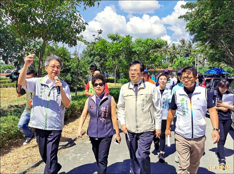 市長黃偉哲(右二)視察「仁德之心」工程,勘察滯洪池一帶的環境。(記者吳俊鋒攝)