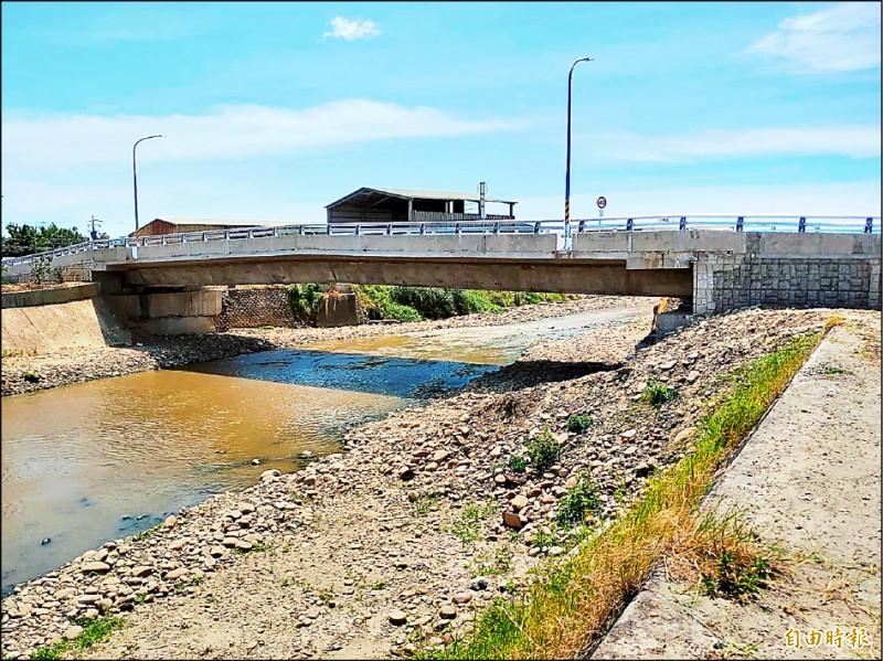 大園區沙圳橋拆除改建新橋,並拓寬橋梁、抬高梁底,讓溪水通水更為順暢。(記者鄭淑婷攝)
