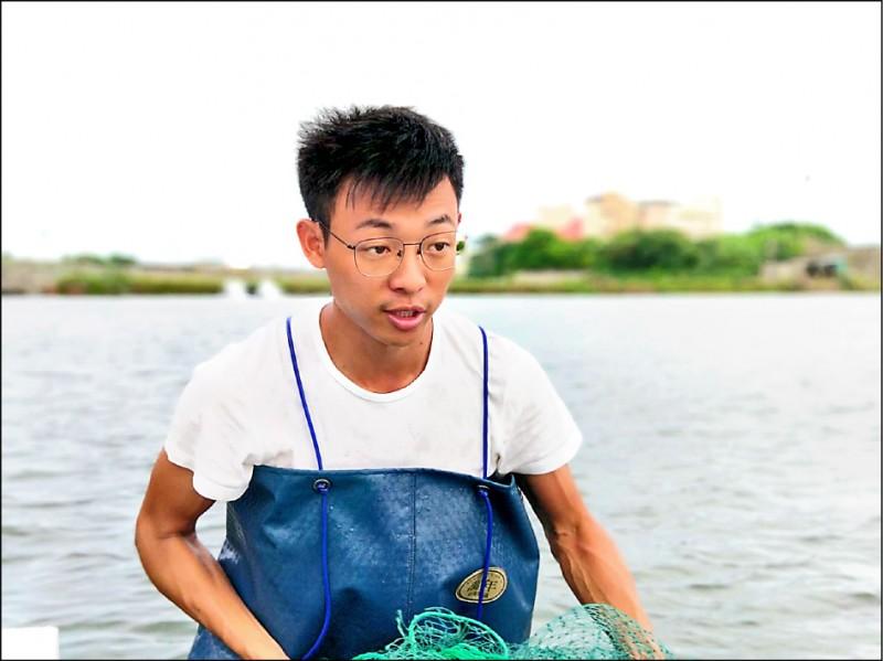 青年漁民黃良志藉由不斷學習,為文蛤養殖注入新元素。 (記者蔡宗勳翻攝)