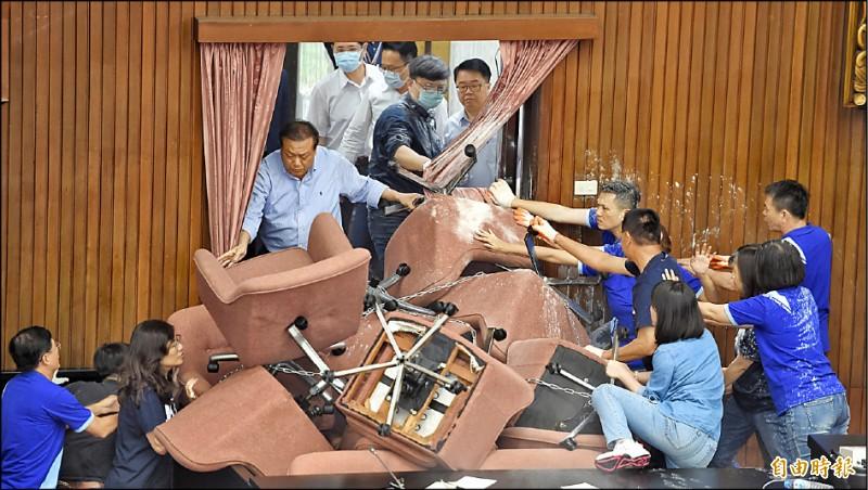 民進黨立委昨以油壓剪剪開各通道鐵鍊,強勢進入議場,並與國民黨立委爆發激烈肢體衝突,場面一度混亂。(記者劉信德攝)