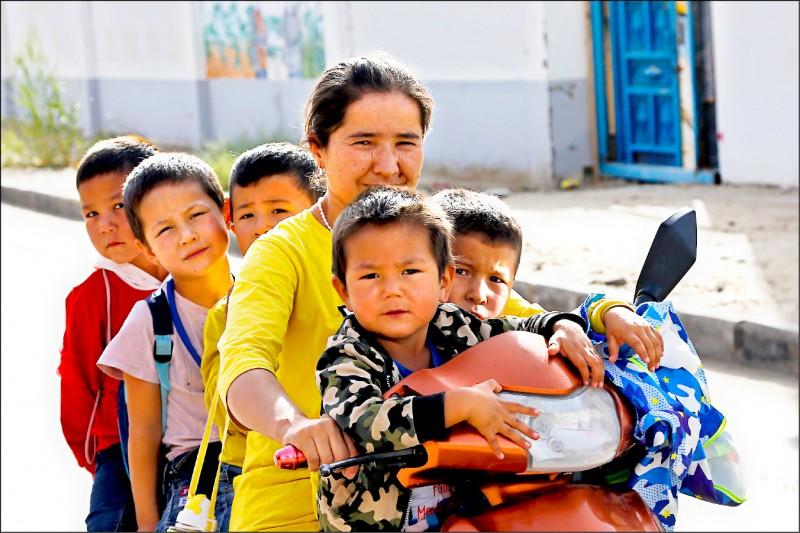 中國政府為了加強控管新疆維吾爾族,近年強行限制當地女性不得過度生育。(美聯社檔案照)