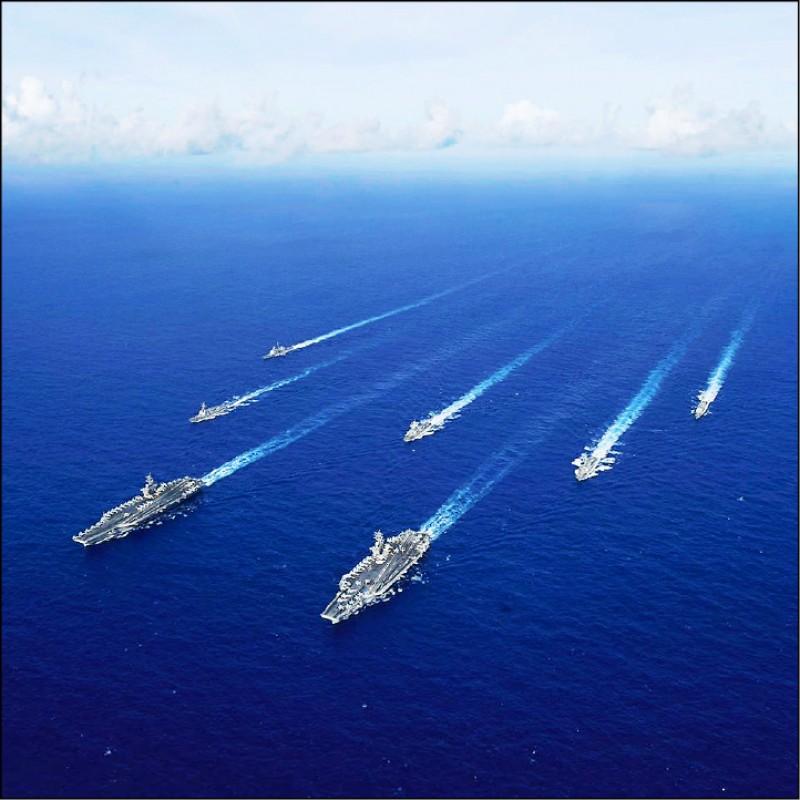 美國六月二十一日在菲律賓海舉行罕見的「雙航艦」聯合演習。(取自美國海軍第七艦隊官網)