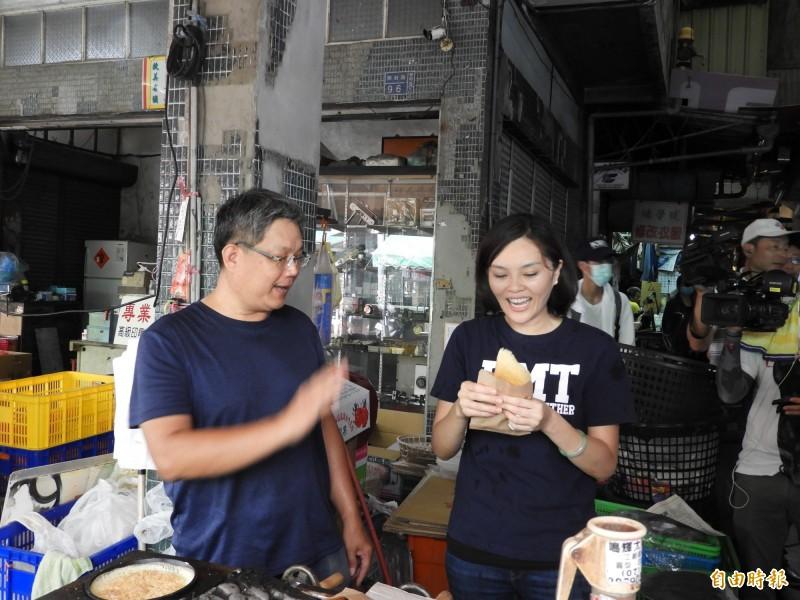 李眉蓁到中正市場拜票,逐一向攤商握手,並吃起當地美食。(記者葛祐豪攝)