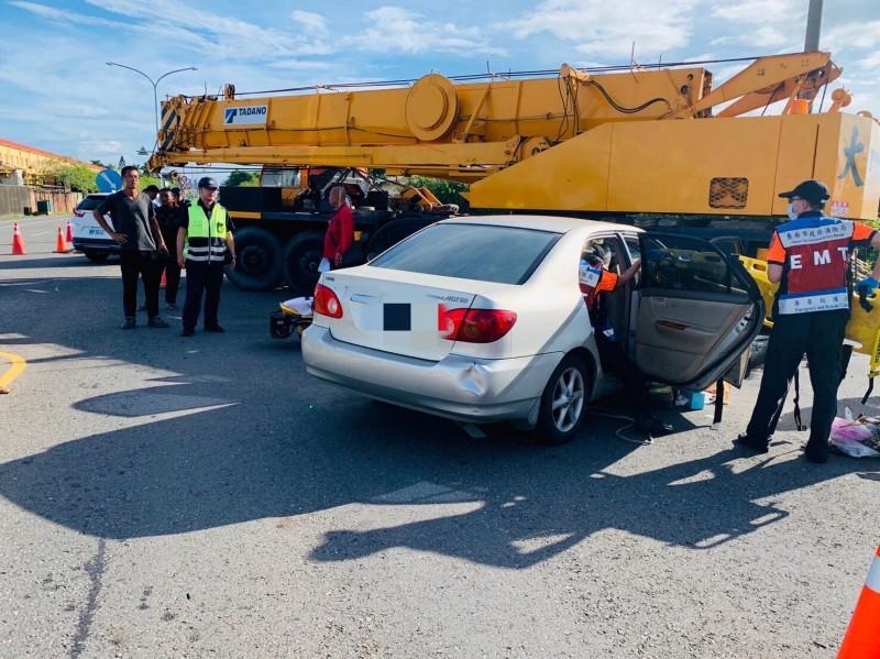 自小客車與起重機發生車禍,駕駛一度受困車內,由消防人員協助脫困。(記者萬于甄翻攝)