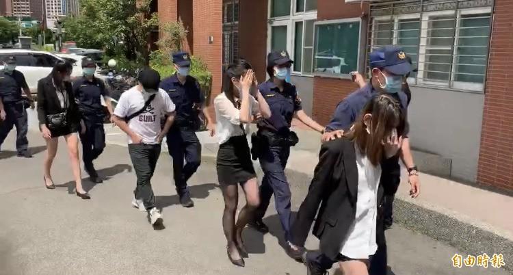 警方帶回趙姓負責人、現場工作人員(10名女荷官)及賭客共39人,訊後依睹博罪嫌送辦。(記者陳恩惠攝)