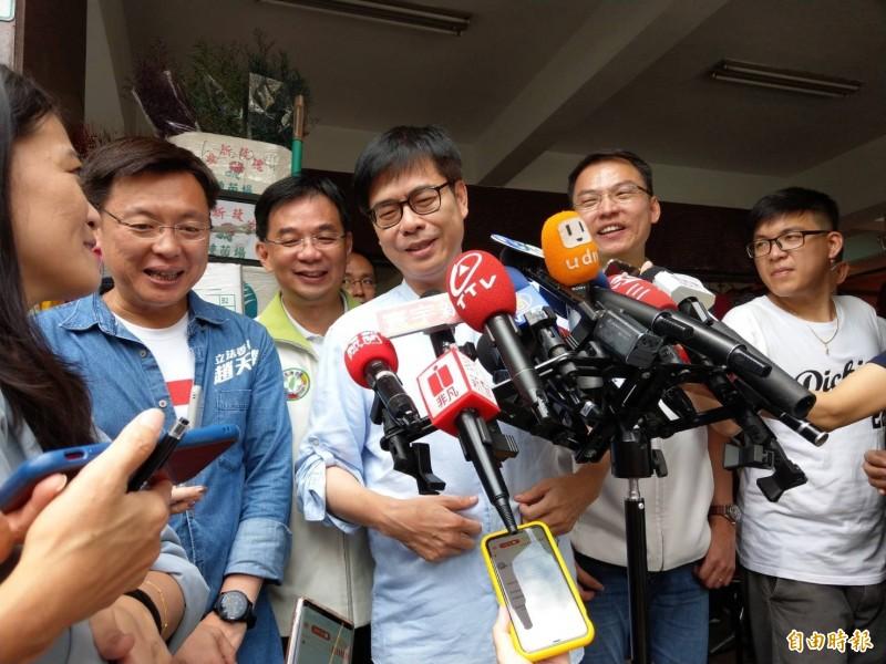 陳其邁(左4)今上午到苓雅區三和市場拜票前接受媒體聯訪。(記者方志賢攝)