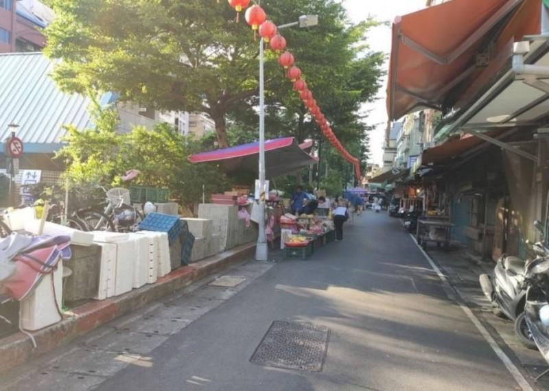 台北捷運公司有意在文昌宮到景西街設置綠籬,避免攤販占用公園綠地,如今市場處釋出善意。(台北捷運公司提供)