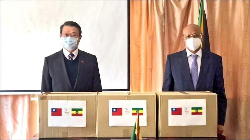 我國第四波國際人道援助行動,由駐南非代表周唯中(左)於6月18日代表政府捐贈10萬片醫療口罩,給世衛秘書長譚德塞家鄉衣索比亞。(取自外交部推特)
