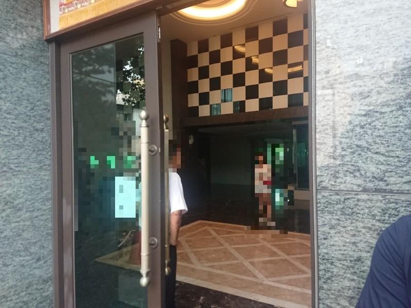 台中東區一處住宅大樓發生疑似情殺案。照片中人物非當事人。(記者何宗翰攝)