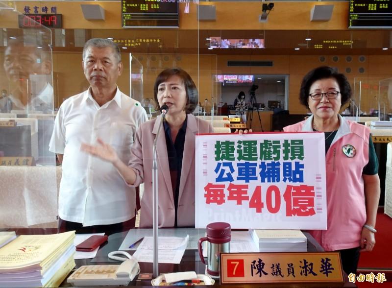 台中市議員蕭隆澤、陳淑華、邱素貞(由左至右)建議市府檢討免費公車政策。(記者張菁雅攝)