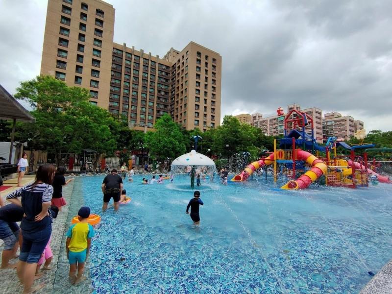 自來水園區水鄉庭園面積為768平方公尺,裡面有兒童溜滑梯、各式水柱、水瀑等清涼消暑遊戲設施。(北水處提供)