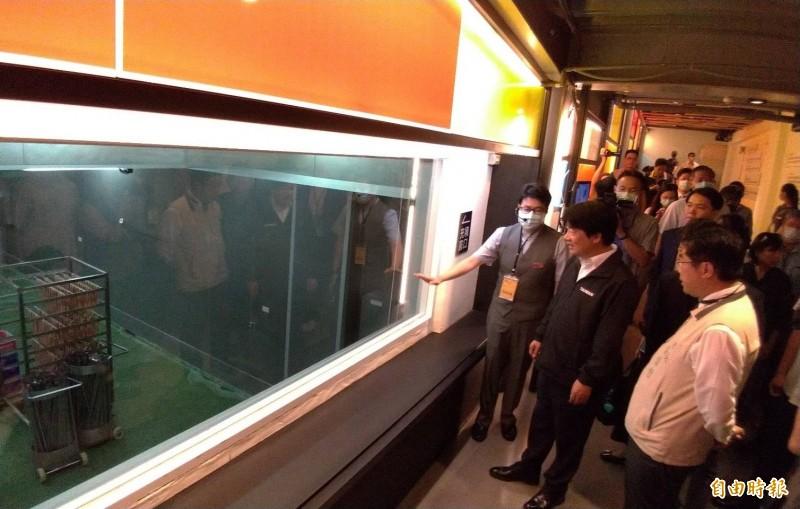 副總統賴清德(左前二)由南市長黃偉哲(右前一)等人陪同,觀看黑橋牌食品觀光工廠的香腸製造情形。(記者王俊忠攝)