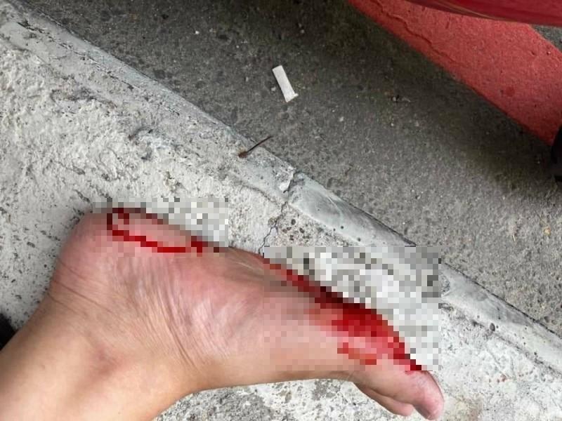 有名機車騎士今天在桃園區中正路路邊停等時,不慎踩中桃園市政府捷運工程局於去年底施作人行道削減工程,遺留在人行道邊緣上的釘子,當場鐵釘刺穿鞋子插進腳底,血流不止。 (翻攝臉書)