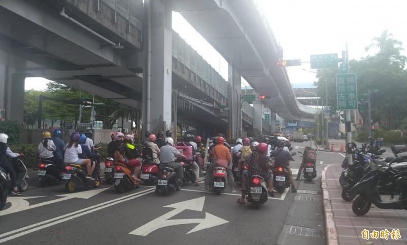 台北市交通管制工程處擴大實施縮短停等紅燈秒數,平均縮短25至30秒。(記者蔡亞樺攝)
