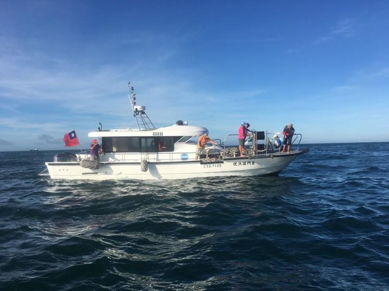 插著國旗的金門護漁號首度執行海上護漁任務,順利清除海上非法漁網。(金門海巡隊提供)