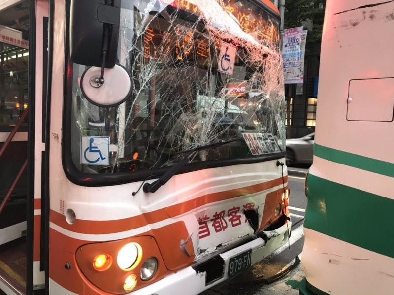 台北市忠孝東路五段發生公車車禍事故,造成3人受傷。(記者鄭景議翻攝)