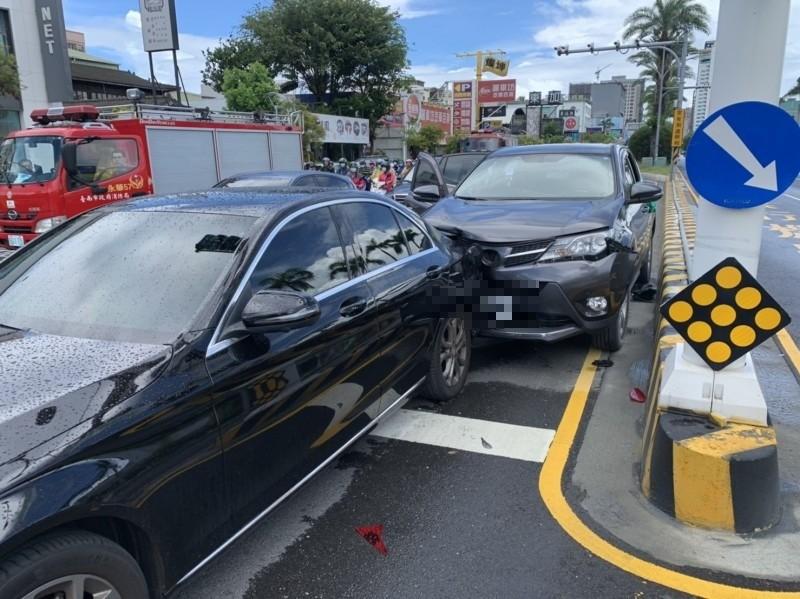 後方休旅車疑追撞前方賓士車。(記者王俊忠翻攝)