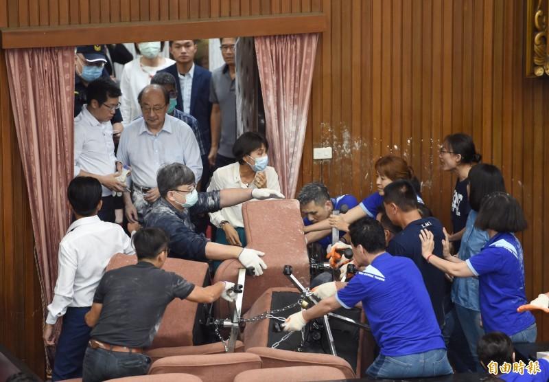 圖為昨日民進黨立委以油壓剪剪開各通道鐵鍊,強勢進入議場,並與國民黨立委爆發激烈肢體衝突。(資料照)