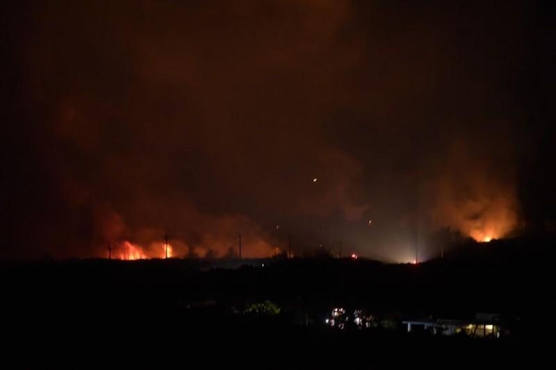 綠島牛頭山深夜火燒山 波及電桿漏夜搶救