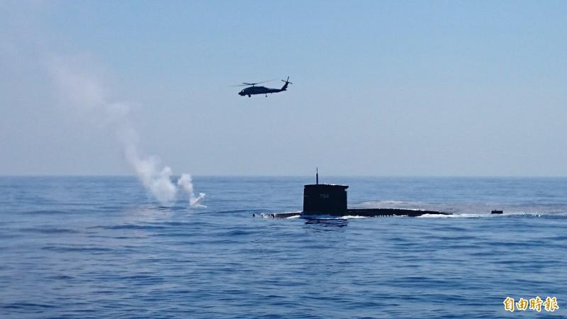 海軍現役「劍龍級」潛艦可望在近日進行魚雷實彈射擊。圖為現役海虎潛艦與反潛直升機進行海空聯合操演。(記者羅添斌攝)