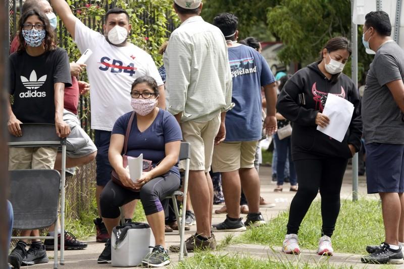 武漢肺炎》美德州疫情再升溫 病毒檢測中心大排長龍