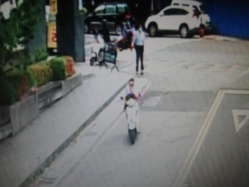 張姓嫌犯騎機車未戴安全帽,匆忙逃逸。(記者何宗翰翻攝)