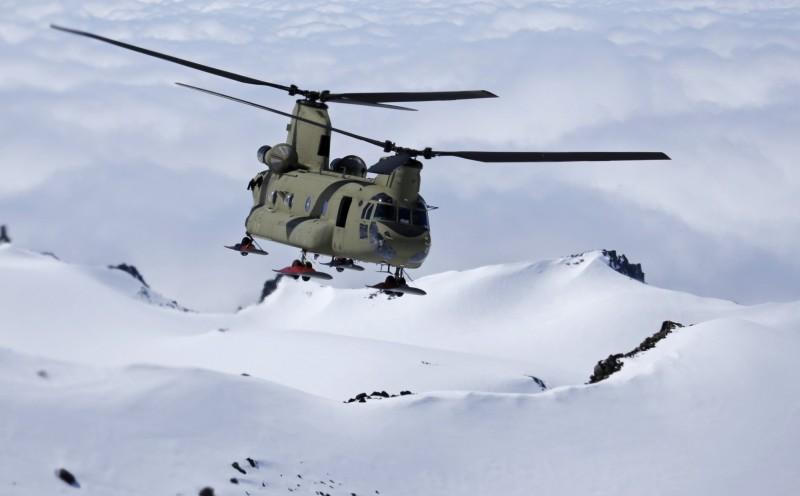 受疫情影響,新加坡國防部部長黃永宏醫生表示,包含向德國、歐洲及美國所採購的潛艦及直升機在內,交付計畫都將展延,圖為美國CH-47F「契努克」直升機。(美聯社)
