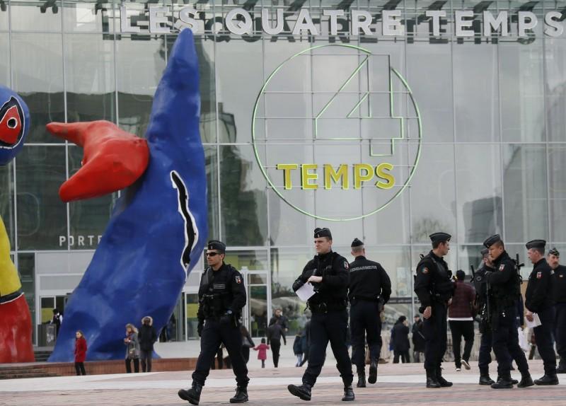 巴黎購物中心傳持槍匪闖入 警證實虛驚一場