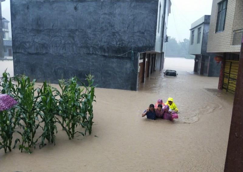 中國湖北武漢部分地區水淹及腰。(翻攝自微博)
