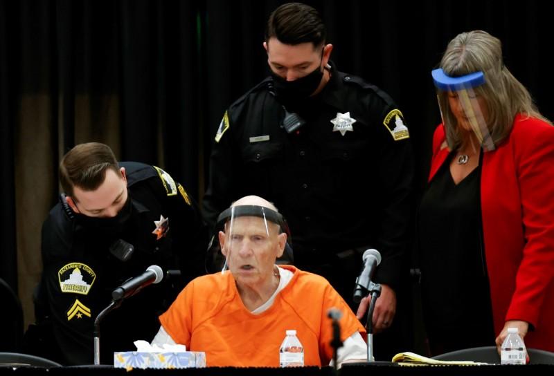 美國「金州殺人魔」迪安格羅(中)在1970年代到1980年代犯案累累,令加州民眾聞風喪膽,逍遙法外30多年後落網。他今天坦承犯下13項謀殺罪和數十起強暴、搶劫和綁架案。(路透)