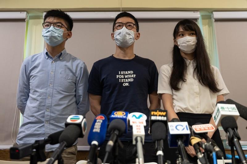 中國全國人大常委會今日強勢通過「港區國安法草案」,香港眾志秘書長黃之鋒(左起),以及另外兩名創黨元老羅冠聰、周庭都相繼宣布退出香港眾志,強調未來將以個人名義捍衛香港。(歐新社)