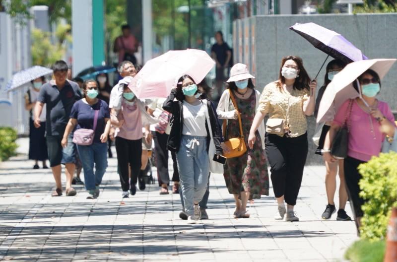中央氣象局表示,今年梅雨季節因為太平洋高壓偏強,各地高溫炎熱,截至28日統計,全台5、6月均溫達28.2度,創下1947年有紀錄以來新高,其中10個氣象站6月均溫刷新紀錄。(資料照)
