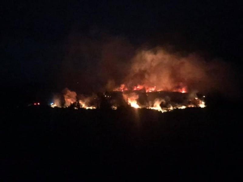 綠島驚傳發生火燒山意外,有網友在爆料公社分享一段綠島發生熊熊大火的影片,呼籲大家不要再亂丟菸蒂(圖擷取自「爆料公社」)
