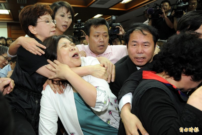 藍委佔議場》意有所指?管媽PO立院勒脖照:我沒哭耶、小時候超強