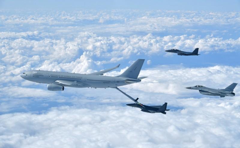 南韓KC-330空中加油機今天(30日)上午自仁川機場起飛,將赴阿拉伯聯合大公國執行南韓兄弟部隊駐軍交接任務,圖為南韓KC-330空中加油機及F-15K戰機。(歐新社)