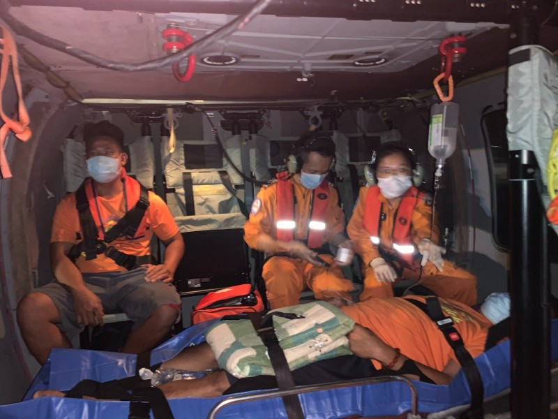 黑鷹直升機從蘭嶼載運休克病患。(記者黃明堂翻攝)