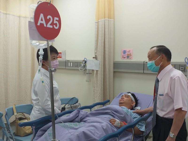 台中市長盧秀燕(左)昨天探視黃健豪。(民眾提供)