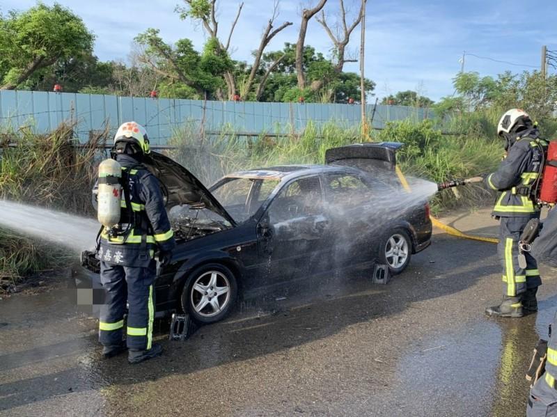 烏日成功西路昨天清晨發生火燒車,內有一具男焦屍,疑似輕生(記者蘇金鳳翻攝)