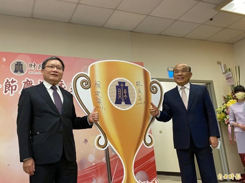 行政院長蘇貞昌(右)、財政部長蘇建榮(左)。(記者巫其倫攝)